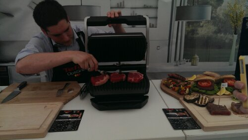 Demonstration of cooking steak on the original Tefal OptiGrill